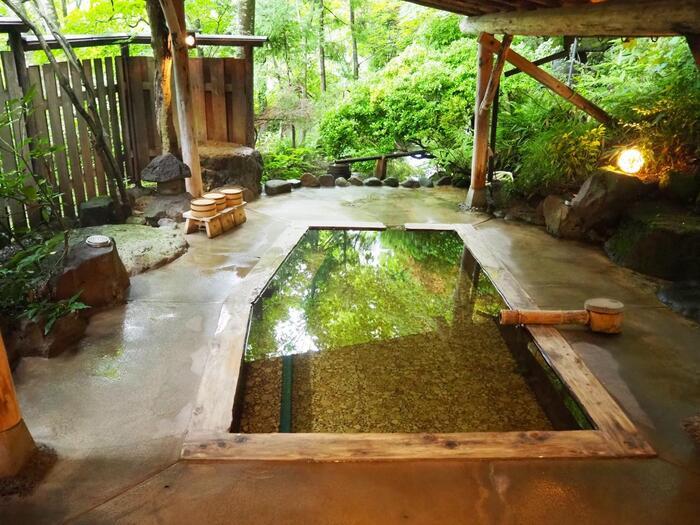 こちらは旅館大沼に来たらぜひ入りたい、庭園貸切露天風呂「母里の湯」。宿の裏山にあるため送迎車で2分程。30分1000円と別料金にはなりますが、木々に囲まれた露天風呂を贅沢にも貸切で堪能することができます。本館や湯治館には、女性専用の時間帯のある混浴の「千人風呂」や温泉熱を利用した浴衣のまま入れる「ふかし風呂」などがあり、お風呂の種類が豊富なのも魅力。
