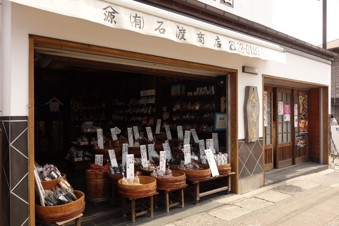 長谷駅から歩いて1分程、鎌倉大仏の高徳院へ向かって右手に店を構える「石渡源三郎商店」は、明治初年創業の老舗乾物店です。【全国から取り寄せた厳選の国産豆が色とりどりに並ぶ店頭】