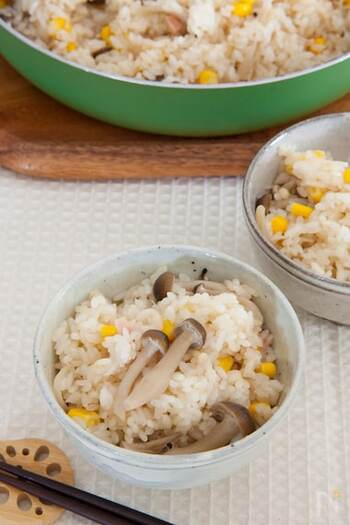 きのこ、コーン、ベーコンの優しい味わいが美味しい炊き込みご飯。浸水の時間を除けば15分で完成です!食材を順にフライパンに入れていくだけだからとても簡単ですよ*