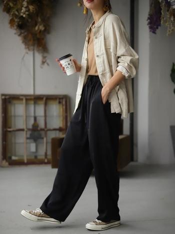 カットソーをパンツにインしてチャイナシャツを羽織る事で、縦のラインが強調されてスタイルが良く見えます。スニーカーを合わせて味のあるかっこいい大人カジュアルに。