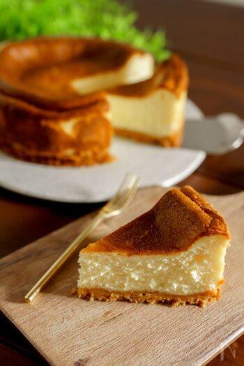 手順が難しそうなチーズケーキも、ミキサーを使えば簡単に生地作りができます。最初にクッキーとバターで土台を作って冷やしておきましょう。生地は、材料をミキサーに入れて混ぜるだけです。グラニュー糖と卵はミキサーの中のちょっと離れたところに落とすとだまになりにくいのだそう。