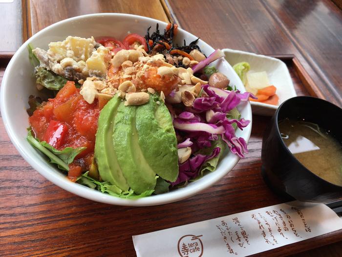 こちらは「ブッダボウル」。いわゆる精進料理とは印象が異なり、目に鮮やかな野菜がたっぷり。ナッツの食感が満腹感を増幅してくれます。