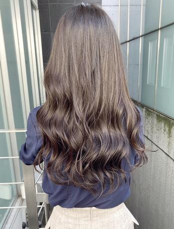 人気なグレージュに青紫ラベンダーを配合した、大人っぽさと透明感を引き出すカラー。こちらもブリーチなしで作っている『Tierra』のオリジナルです。設定トーンよりも室内では暗く見えるので、職場で髪色の規定がある方や暗めが好きな方におすすめ。