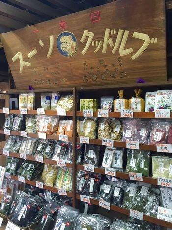 店で扱うのは、日本の食卓に欠かせない乾物類です。 昆布や焼海苔、大豆や小豆、えんどう豆やいんげん豆といった豆類、鰹節や煮干し、干し椎茸や胡麻、葛粉や小麦粉、米や雑穀、味噌や醤油等など、ありとあらゆる乾物類、穀類、調味料類が所狭しと並んでいます。  【店内の歴史を感じさせる商品棚。吉野本葛やそば粉、干し椎茸の足、しみこんにゃく、粉末昆布、桜えび粉、切り干し大根等など、様々な乾物が並ぶ。お弁当に便利なのが、和歌山県産の『ゆかり』と『梅肉』。ご飯にかけたり、混ぜたりすると腐りづらく、味も見た目も良くなり便利。】