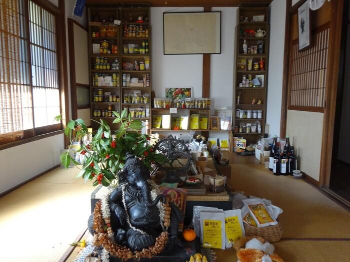 「アナン」は、鎌倉で発足した本格スパイス商。創業60余年になる老舗です。現在では、インターネットでオリジナル商品やスパイス、紅茶等を販売する他、新商品開発やネーミング等にも携わり、旬の野菜をテーマにした出張料理のカフェ「移動チャイ屋」も展開しています。  「アナン邸」は、見た目通りの一軒家。インターフォンを押すと招き入れられるのが、カレーパウダーやスパイス類、紅茶等などが並んだ和室のショールームです。