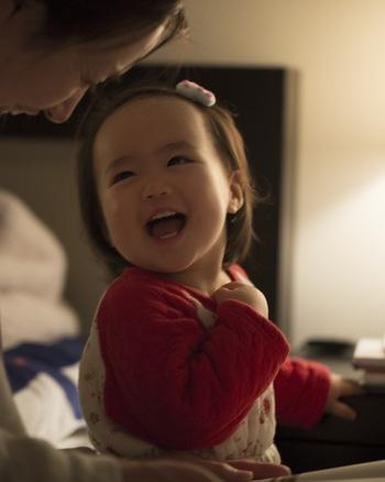 小さな赤ちゃんへの読み聞かせは「何かを教える」ことが目的ではなく、「コミュニケーション手段の一つ」として捉えればOK。  逆に言えば、「〇ヵ月になったらスタート!」というものではなく、いつ始めても早すぎることはありません。  赤ちゃんにとっては、すべてが初めての刺激的な体験。たとえ目が見えにくい時期でも、おかあさんがそばにいて語り掛ける声に包まれることに心地よさを感じてくれています。  ママが絵本を通して自分だけに向き合ってくれている時間は、大人が想像している以上に子どもたちにとって心安らぐひと時なのです。
