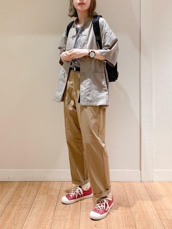ベージュのパンツとスニーカーでスタンダードなボーイッシュスタイル。そこにチャイナシャツを羽織れば一気に個性的な印象に。小物使いもポイントです。