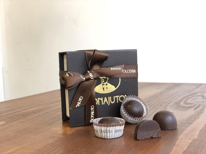 知る人ぞ知るチョコレートが有名なイタリアの都市、モディカ発祥のお菓子メーカー「ボナイユート」のジャンドゥーヤ。こちらの特徴は、プラリネのようなザクザク食感のヘーゼルナッツが美味しいジャンドゥーヤ。滑らかさが特徴のジャンドゥーヤですが、ボナイユートらしいアレンジをきかせた新しいジャンドゥーヤチョコレートです!