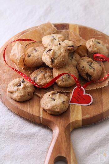 ホットケーキミックスに、板チョコ、砂糖、ごま油を合わせて作るオイルクッキー。バターで作るよりもあっさりとしているうえ、ノンコレステロールでヘルシーに仕上がります。  手でざっくりと形作るだけでいいので、とても簡単。あっという間に出来上がりますよ。