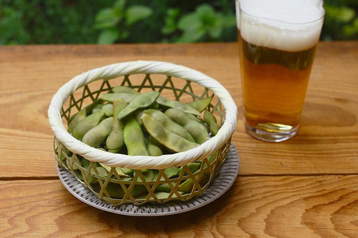 夏はキンキンに冷えたビールと枝豆が最高!おつまみをかごに入れると、ちょっとリッチな気分で飲めそうです。