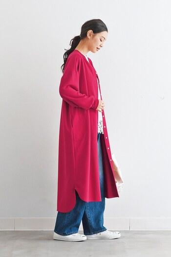 白トップスにデニムのワイドパンツを合わせた、ベーシックなコーディネート。足元もスニーカーでカジュアルな印象ですが、ピンクのロングカーディガンを羽織るだけで女性らしさがグッと高まります。