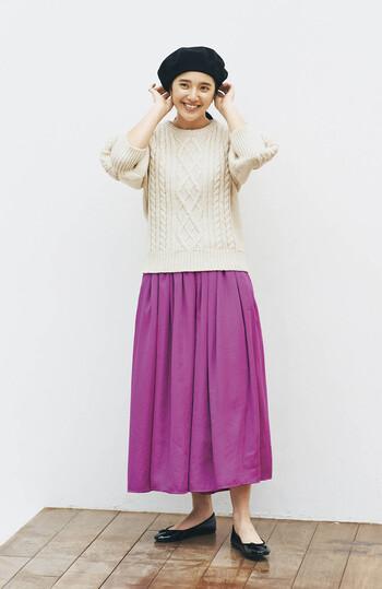 ビタミンカラーのピンクスカートに、白ニットを合わせたベーシックなスタイリング。ベレー帽とフラットシューズで締め色をプラスして、甘くなりすぎない大人のスカートスタイルに仕上げています。