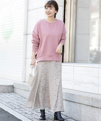 ボーイッシュになりがちなスウェットトップスも、ピンクを選べばフェミニンな雰囲気に。フレアスカートと黒のブーツを合わせたフェミカジコーデにぴったりですね。
