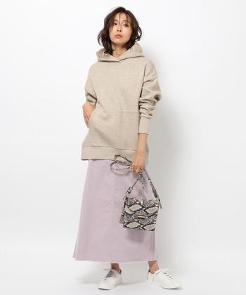 ラベンダーカラーのタイトスカートに、ベージュのフーディーを合わせたスタイリング。カジュアル感強めなアイテムも、ベージュ×パープルの色味を選ぶことで落ち着いた着こなしに。アニマル柄のショルダーバッグで、大人らしいアクセントをプラス。