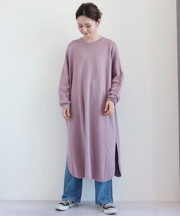 ピンクのワンピースに、デニムワイドパンツを合わせたコーディネート。デニム×スニーカーはボーイッシュになりがちな組み合わせですが、ピンクのワンピースを重ねるだけで大人の女性らしいカジュアルスタイルにアップデートできます♪