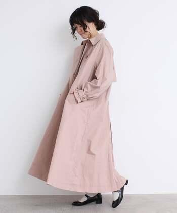 コットン100%の生地をたっぷりと使って、ゆったりシルエットで作ったトレンチコートです。袖は大胆なパフスリーブで、大人ガーリーな雰囲気に。ニットなどを合わせても着ぶくれしにくいので、ロングシーズン活躍してくれますよ。カラーはベージュ・ピンク・カーキの3色。
