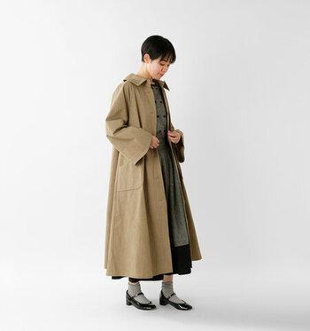 リネン混の素材を使用し、冬の終わりから着用できるトレンチコートです。Aラインのワンピースのようなフレアシルエットで、女性らしさをアピール。大きめのステンカラーで、小顔効果にも期待できます。カラーは、ベージュとブラックの2色展開です。