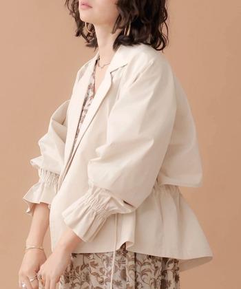 ライトアウター感覚で、サッと着られるショート丈のトレンチジャケットです。抜き襟にしてゆるっと着こなせる一枚は、トレンド感も抜群。ゴム入りの袖は、たくしあげるラインで雰囲気をがらりと変えられます。カラーは、ベージュ・カーキ・アイボリーの3色展開です。