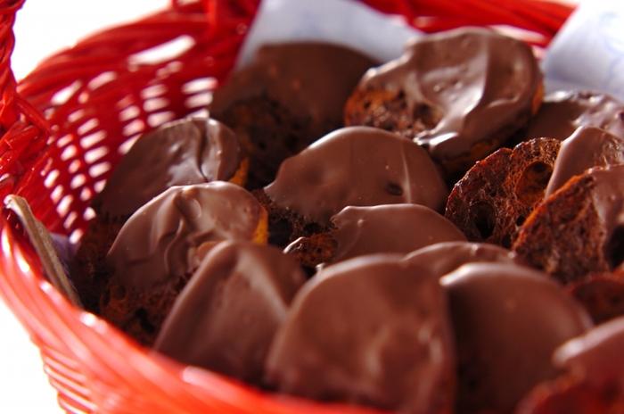 薄くスライスしたバゲットに溶かしたチョコをしみ込ませて焼き上げるチョコラスク。焼きあがったあとに、さらに溶かしたチョコをトッピングすると、とても贅沢な味わいに。一度にたくさん作りたい、友チョコとしてもおすすめです。