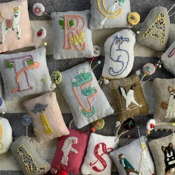 縁起がよいとされている和柄や、アルファベットの文字を刺繍でデザインしたピンクッションです。華やかなデザインで、ギフトとして贈っても喜ばれそう。小さな刺繍が施されたマチ針もセットになっていますよ。