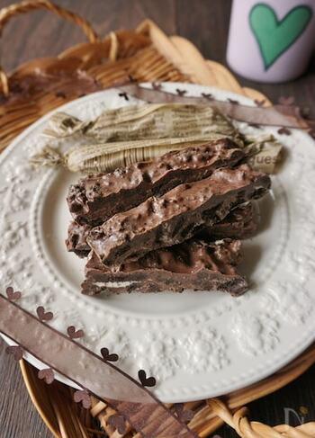 砕いたオレオクッキーに溶かしたチョコレートを混ぜ込んで、固めたチョコバーです。オレオはあまり細かく砕かない方が、ざっくりとした食感が残って美味しくなります。  生地を作ったら、常温に2、3時間置いて、すこし柔らかい状態のときにカットしてしまいましょう。完全に固まってしまうと、カットする際にヒビが入ってしまい、見た目が悪くなってしまいます。