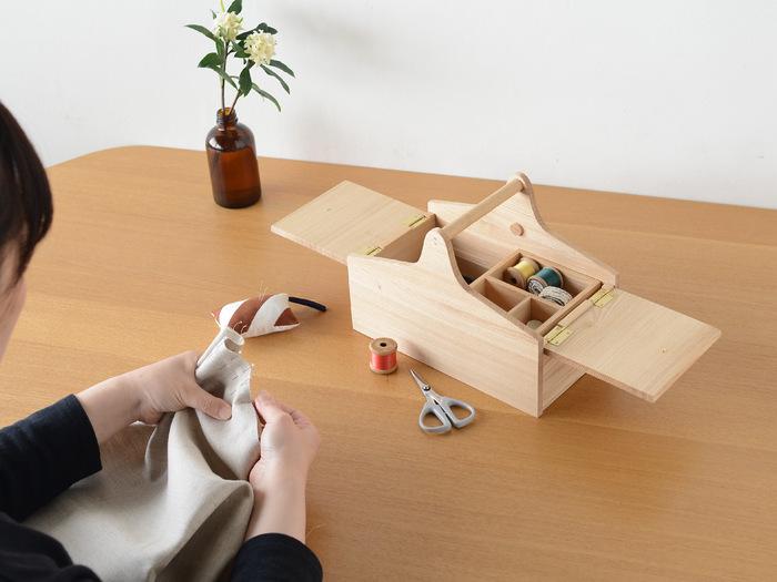 タモ材を使用した、小さめサイズのソーイングボックスです。お気に入りの道具を少しずつ集めて、自分だけの裁縫キットを作るのにぴったりな大きさ。