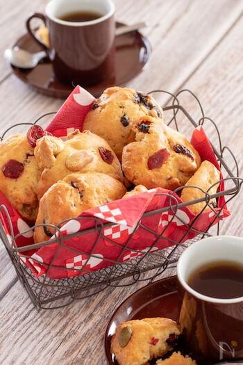 生地をスプーンで落として焼き上げる定番のドロップクッキーです。ミックスタイプのドライフルーツを混ぜ込んだクッキーは、中に何が入っているのか、ひとつずつの味の違いが楽しみになりますよね。  こちらのレシピでは、ドライフルーツと板チョコ、2種類のクッキーとして仕上げていますが、両方混ぜても大丈夫。ボリューム感のあるクッキーになります。
