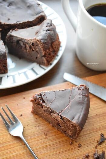 ホットケーキミックス、豆腐、板チョコの3つで作るガトーショコラ。焼きあがったガトーショコラの上に、小さくした板チョコを置いて、オーブンの予熱で溶かし、トップにチョコのコーティングをつけています。  冷蔵庫で冷やしてから食べると、コーティングチョコがパリッと割れて、楽しい食感に。カットするとどうしてもひび割れてしまうので、プレゼントするときはホールのままがおすすめです。