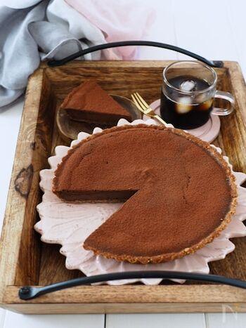 ビスケットに卵を混ぜて作るクイックタルトの中に、チーズケーキ生地を流し込んで作る簡単チョコタルト。  食べる直前にココアパウダーを振りかけると、まるでパティスリーのケーキのように本格的に見えますよ。
