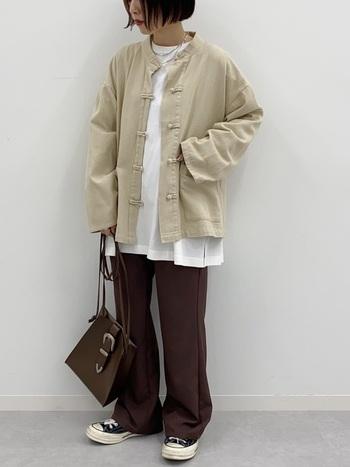 メンズライクなベージュの大きめジャケットは、中に白のTシャツをのぞかせてスッキリとした着こなしに。ブラウンのパンツはバッグと色を合わせてバランスよく落ち着いた雰囲気に。スニーカーがアクセントです。