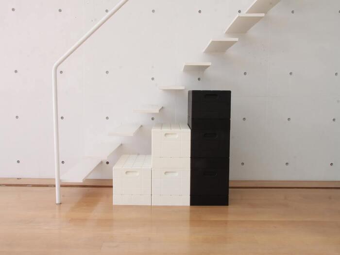 シンプルでどこに置いてもインテリアの邪魔になりません。キャンプのスタッキングに便利な重ねておけるタイプ。色違いをいくつか買って組み合わせて置くのもおすすめ。階段状に並べたり、ベンチのように並べたりまさにブロックのように楽しめます。書類の仕分けや、衣類の収納にも便利。座ることができるので玄関に置いておくのもよいですよ。折りたたみできるのもうれしいポイント。