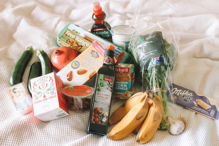 まずは、食材の量の管理を意識してみましょう。いつも冷蔵庫にパンパンに食材をストックするのではなく、月末には一度冷蔵庫の中をリセット。調味料や長期保存できる食材以外を出来るだけ使い切ることで、奥に入り込んでしまって賞味期限が切れたり、傷んでしまう食材をなくし、冷蔵庫の中を掃除するチャンスも作ってくれます。