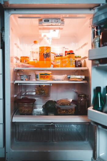 月に一度、食材が減ったタイミングで、冷蔵庫・冷凍庫の中身を点検しましょう。全部を使い切るのは難しいですが、中身が減っている状態でチェックすることで、残っているもの全体を把握しやすくなります。