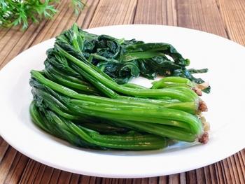 一番傷みやすく、保存が難しいのがお野菜。特に葉物などは鮮度を保つのが難しいですよね。そんなお野菜は茹でて保存することで、保存期間が延びて、忙しい日の調理時間を短くすることもできます。