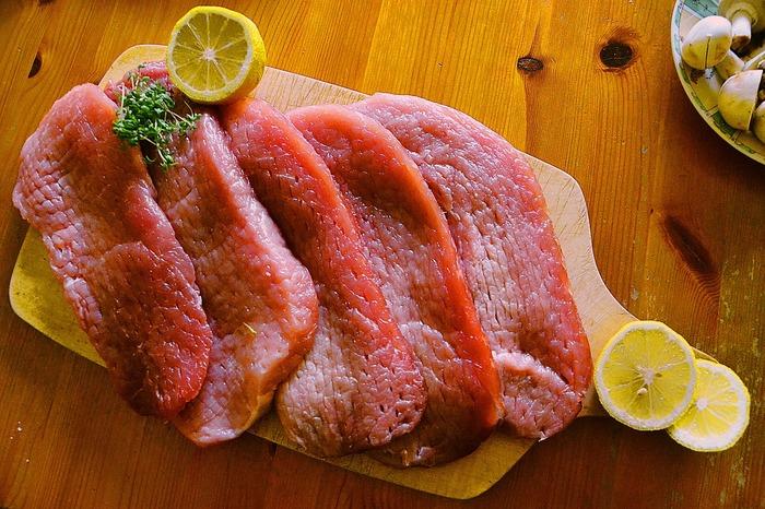 1~2日で使う予定がないお肉は、冷凍保存がおすすめ。買って来たお肉はパックのままではなく、使い道が決まっている場合は出来る範囲の下処理をした後に、残りのお肉も使いやすい大きさにカットして、一度に使う量くらいに小分けして冷凍する様にしましょう。