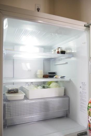 使いかけの食材や、使い切りたい優先順位が高い食材は、トレーなどに入れて見えやすい場所に保存することで、使い忘れを減らすことができます。メニューに困った時なども、先に使いたい食材は一目でわかってとっても便利ですよ。