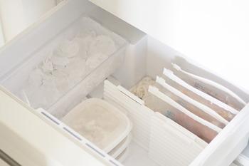 冷凍する準備が出来たら、後は冷蔵庫に立てて入れていきます。立てることで、見えにくい下にうずもれてしまう食材が減り、サッと取り出せて一石二鳥。100円均一などに売っている仕切りなどを上手に使って、冷凍庫の中をいくつかの部屋に区切っておくと上手に立てて保存出来るので工夫してみてくださいね。