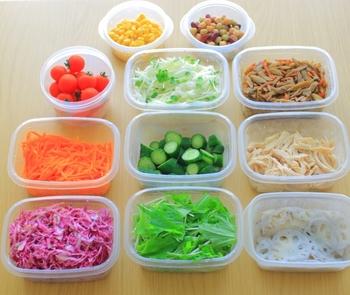 作り置きしたお料理も、下処理した食材も、中身が一目でわかる透明の容器がおすすめ。サッと取り出せるので、冷蔵庫を開けている時間が減って、電気代の節約にもつながります。