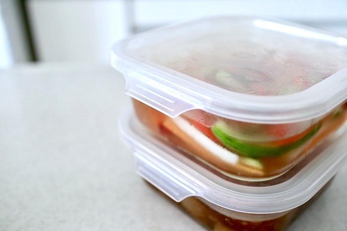 保存容器は、同じサイズのものを用意すると、冷蔵庫の中で重ねられてとっても便利。ご家族の構成なので使いやすいサイズは変わると思いますが、いくつかのサイズを同じアイテムでそろえる事で、見た目にもスッキリした印象を与えてくれます。