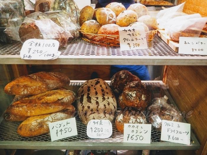店頭に並ぶのは、個性豊かで、独創的なパンの数々。この店のパンが人気があるのは、独自に醸した酵母の酸味と風味、穀物の旨味が渾然一体となった美味しさ。奇をてらっているようで、その実はシンプル。何気ない日常に幅をもたせてくれるようなパンです。  ラインナップは、食パンやバゲッド、ライ麦や全粒粉のハード系の食事パンが中心。鎌倉野菜やチーズ、ナッツやフルーツを入れたピザやフォッカッチャ、テーブルパンも定番人気です。【化粧粉の模様も素敵な、ハード系パンが並ぶショーケース】