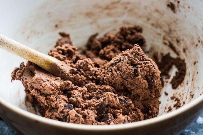 ②で溶かしたチョコレートと①で作ったナッツペーストをチョコが固まらないうちによく混ぜ合わせましょう。型に流して冷蔵庫で数時間冷やし固まったら出来上がり!