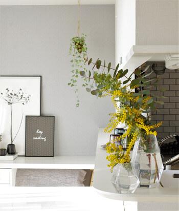 大きな枝のミモザが手に入ったら、自然な形を生かして大きな花瓶に生けましょう。存在感も抜群で、一枝でもお部屋の中が一気に明るくなります。