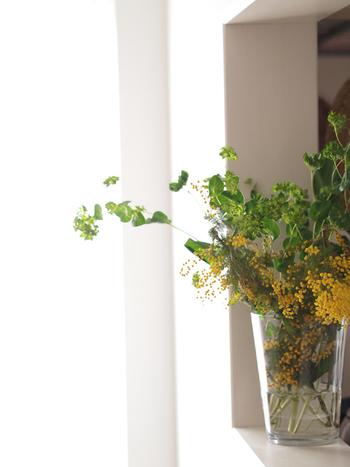 大きな枝ではなくても、ミモザのお花はボリュームがあるので、大きめな花瓶に他のグリーンと一緒に飾ればインパクト大。少し大きすぎるかなと思う花瓶に思い切って飾っても意外と絵になるので、お花が少ないし...と思わずにチャレンジしてみてくださいね。