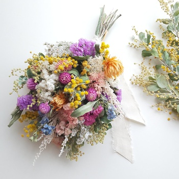 お花がとにかく好き!と言う方には、ミモザがアクセントになったこんなスワッグも素敵ですね。出来るだけドライフラワーになりやすいお花を選んでチャレンジすれば、長く楽しむことが出来ます。