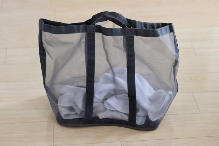 メッシュ素材で蒸れにくい無印良品のランドリーバスケット。メッシュ素材で中が見えるので、たまり具合が確認しやすいのもポイントです。軽いので洗濯物を入れても負担が少なく、ハンドル付きで物干し場への移動やコインランドリーへの持ち運びも便利!