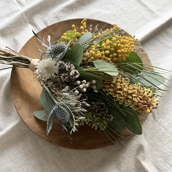 ブーケはスワッグに比べて丸い印象なので、ナチュラルな色合いのお花や葉っぱと組み合わせても、柔らかく優しい仕上がりに。お家時間が長いこんな時期、お友達やお母さまへのプレゼントとしても喜ばれそうですね。