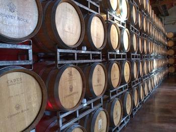 ワインからアルコールを抜く方法には、「減圧蒸留法」「逆浸透法」「揮発性物質回収法」などがあります。それぞれプロセスは異なりますが、大まかに言うと蒸留や遠心力などでアルコールを取り除き、香り・成分・水分などを戻す製法です。このタイプのノンアルワインは本来の味わいが損なわれにくいのが特徴です。