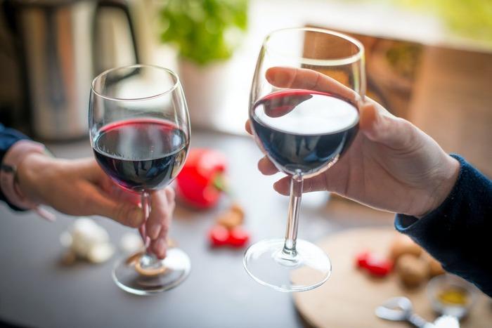 ノンアルコールワインのジャンルでも定番の赤ワインは特に人気です。ワインの本場で作られている物も多く、食事のお供によく合いますよ。ここではおすすめの5つの銘柄をご紹介しましょう。