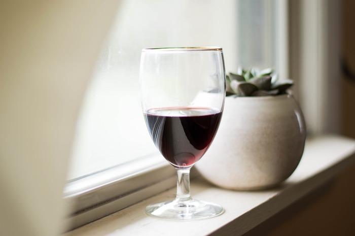 ノンアルコールワインには主に二つの製法があります。一つはワインの製造工程中にアルコールを抜く方法、もう一つは初めからアルコールの発生を抑える方法です。まずは、この二種類の製法と風味の違いについてご説明しましょう。