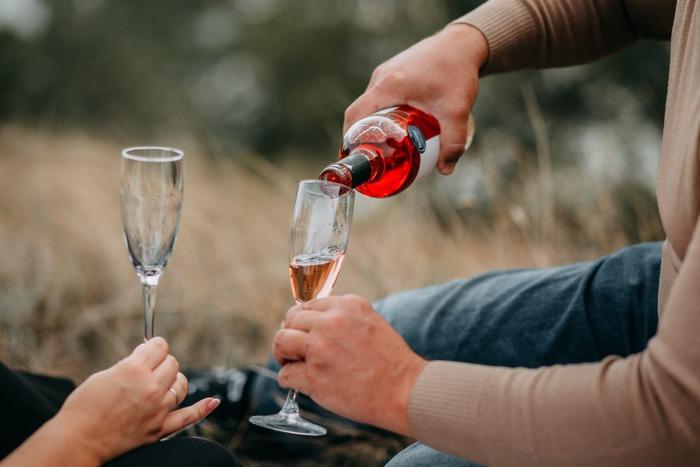 淡いピンク色がきれいなロゼワイン。ノンアルワインではスパークリングが多く、シュワシュワした軽やかな味わいを楽しめます。パーティーや記念日などにもぴったりですよ。